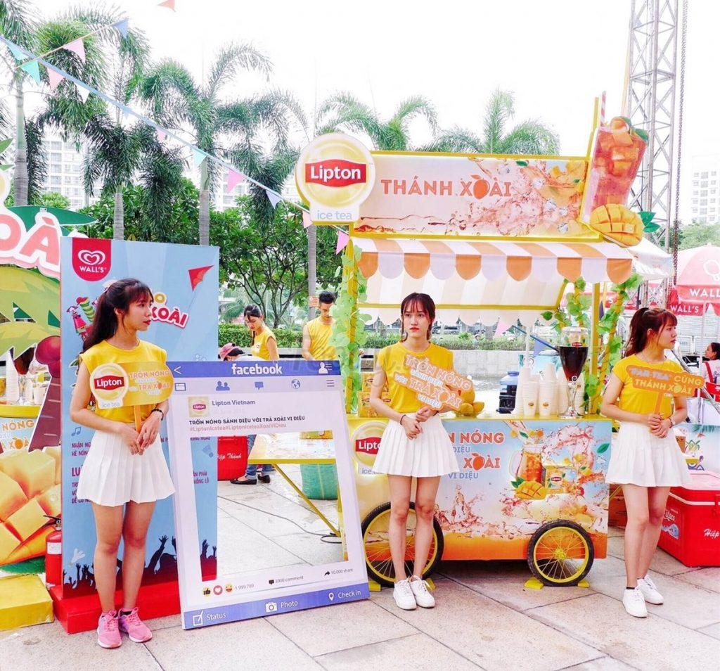 Nhân viên mặc đồng phục tại sự kiện quảng bá sản phẩm của Lipton