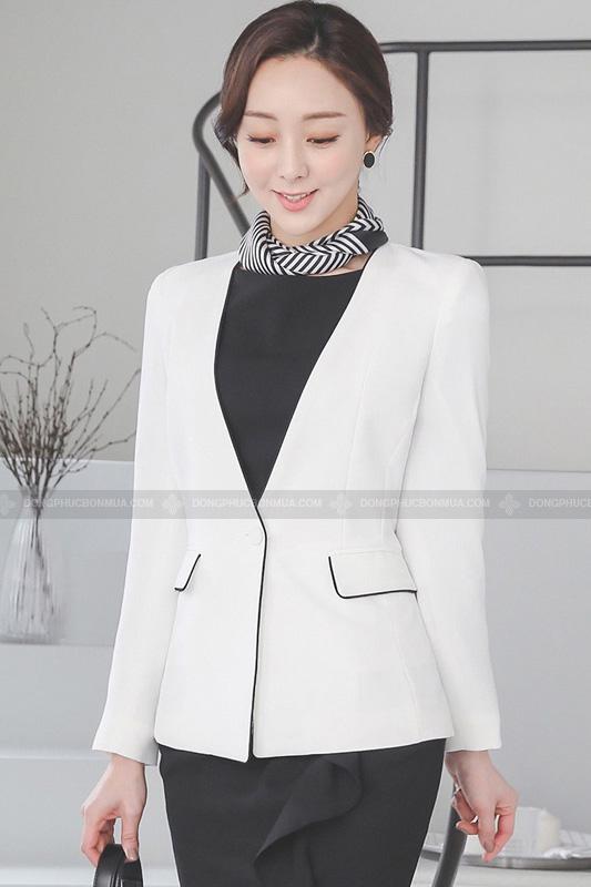 Chọn áo vest đơn sắc đơn giản nhưng không hề nhàm chán.