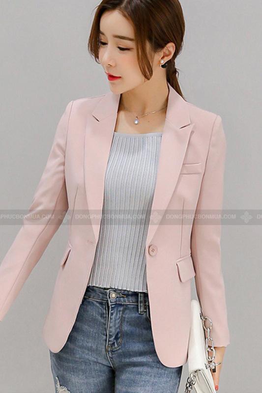 Áo vest dáng rộng phù hợp với các chị em có thân hình hơi mảnh khảnh.