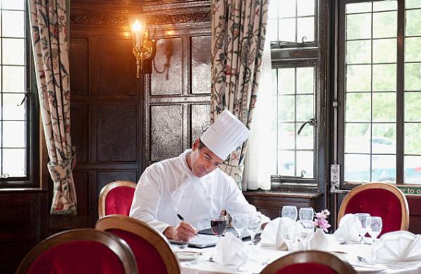 Đồng phục nhà bếp thường có màu trắng.
