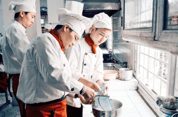 Đồng phục nhà bếp có màu khăn khác nhau tùy thuộc vào trình độ mỗi người.