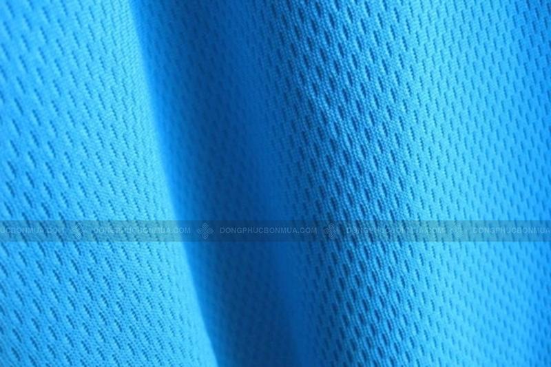 Vải may áo khoác gió đồng phục có khả năng chống nước, chống gió, cản bụi tốt.