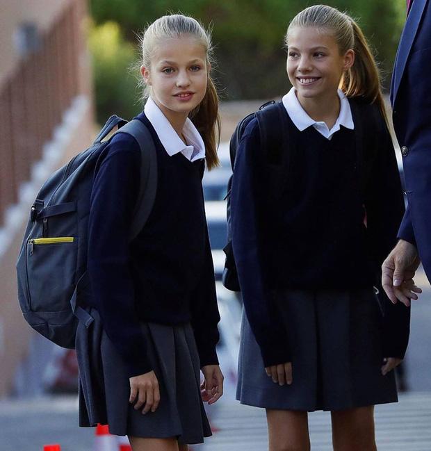 Trong bộ đồng phục áo tập thể lớp, hai công chúa giống như hai chị em sinh đôi.