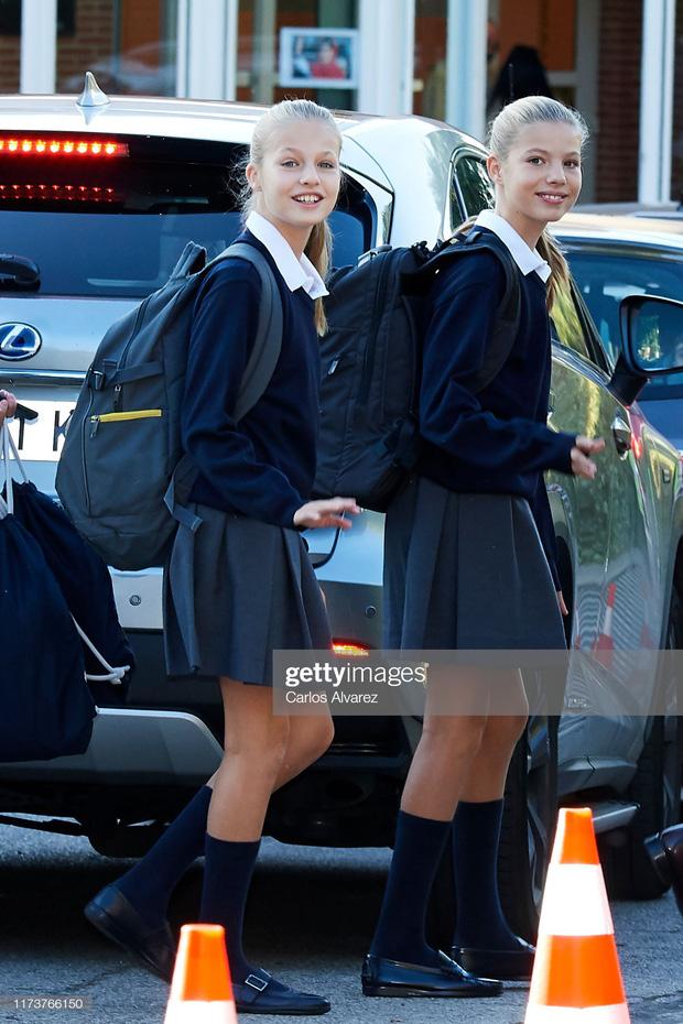 Hai công chúa nhỏ của Tây Ban Nha xuất hiện trong ngày đầu khai giảng năm học.