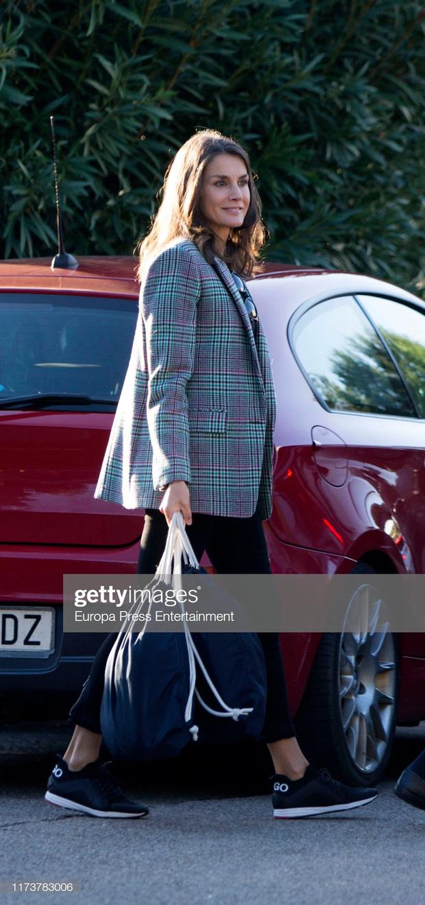 Hoàng hậu Letizia chọn áo blazer kẻ ô mix cùng quần skinny, giày sneakers vừa trẻ trung vừa nhã nhặn.