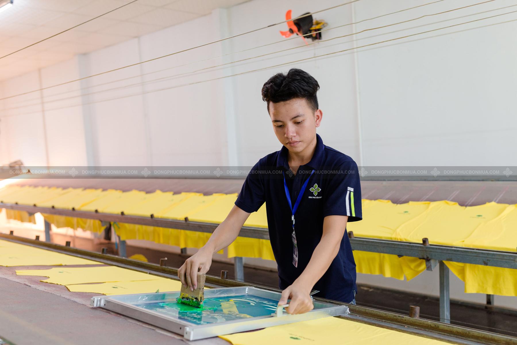 Công nghệ in lụa khi in áo thun theo yêu cầu được sử dụng phổ biến.