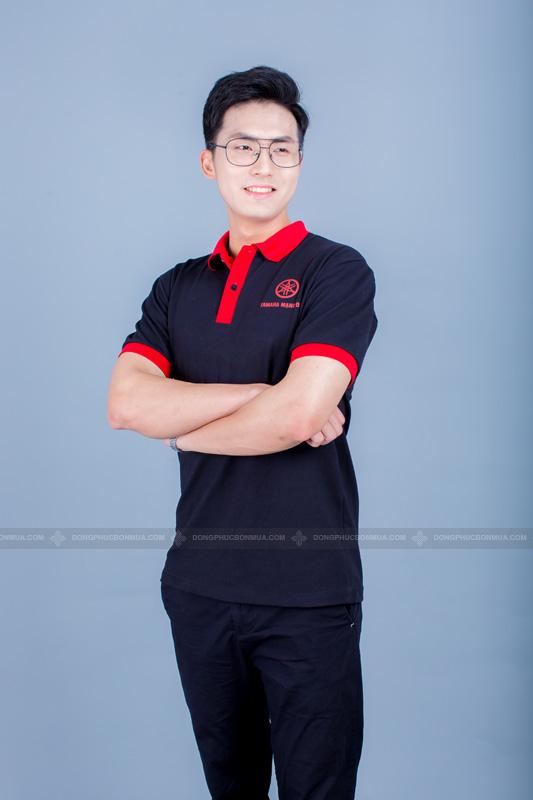 Sắc đen sang trọng và chuyên nghiệp phối hợp khéo léo với phần viền và cổ màu đỏ.