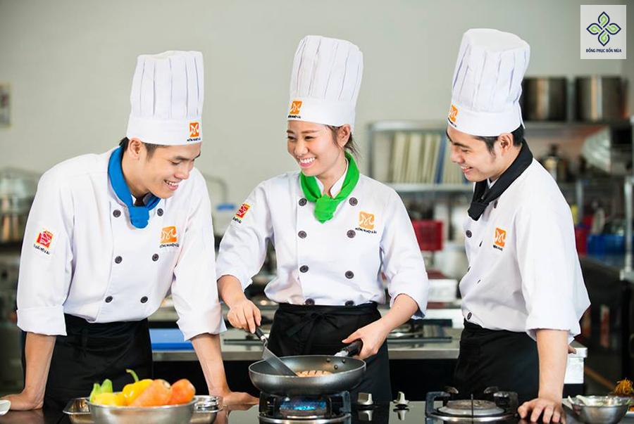 Set đồng phục đầu bếp gồm nhiều phụ kiện đi kèm như quần, khăn, giày, mũ