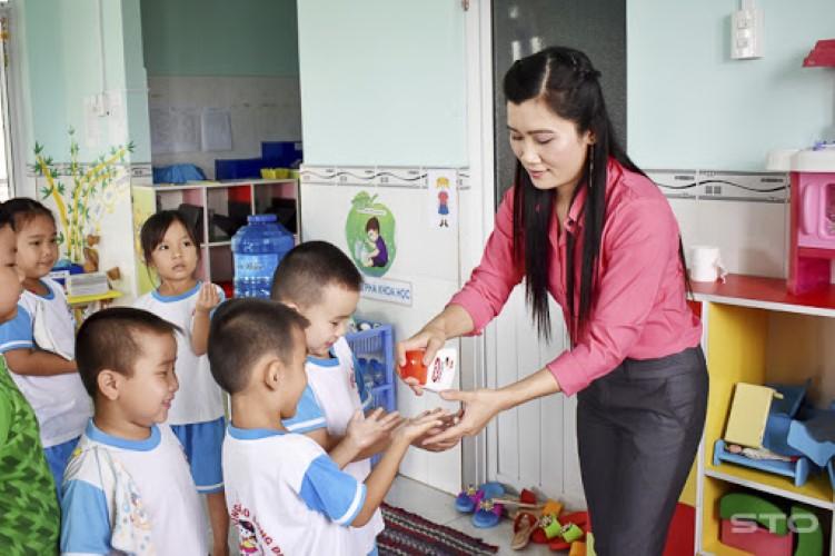 đồng phục giáo viên mầm non trường quốc tế