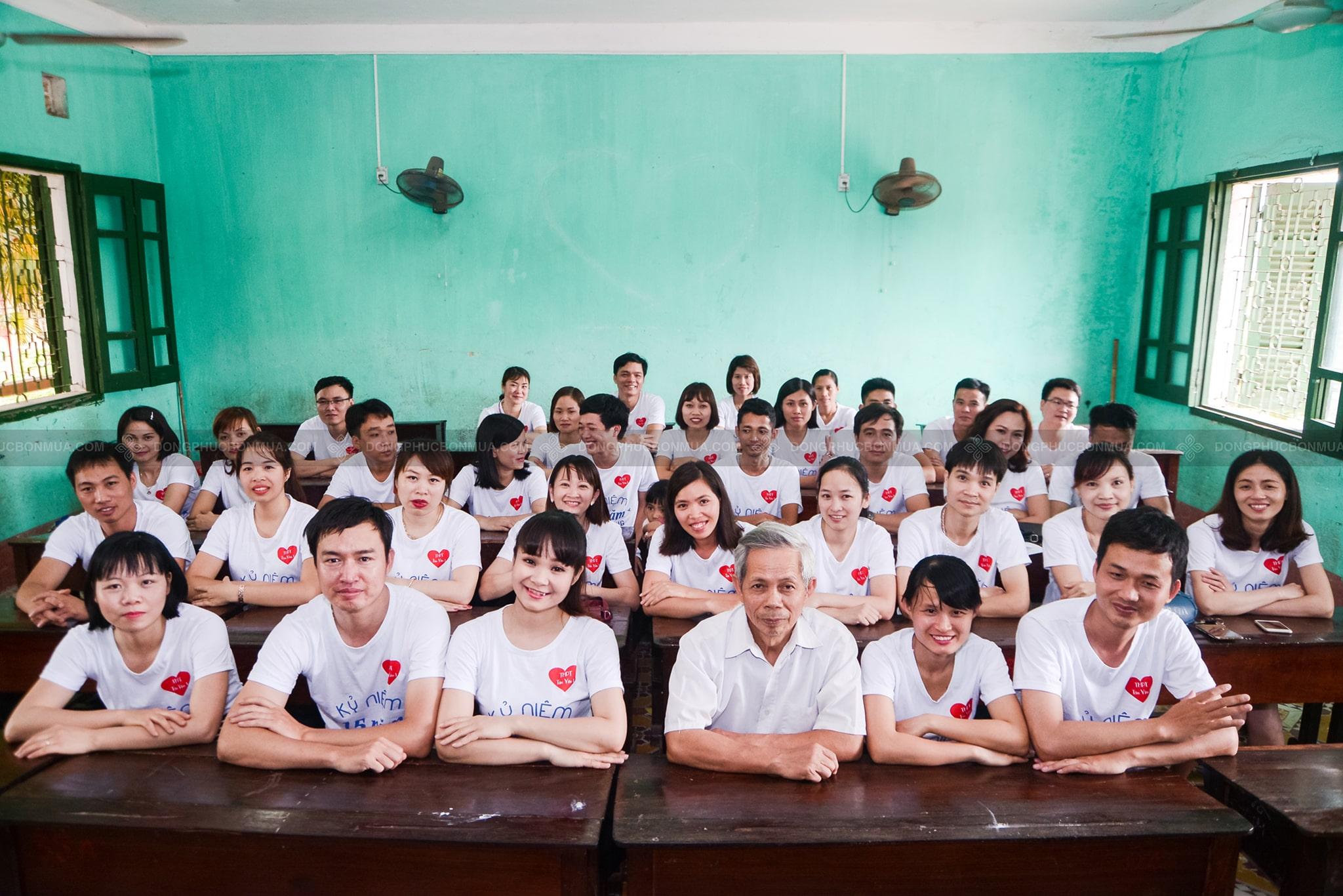 áo đồng phục lớp màu trắng